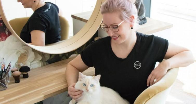 Leonie mit ihren Katzen am IKEA Hack Schminktisch