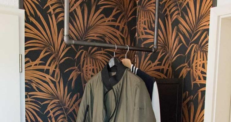 Garderobe im Flur gestalten mit Tapete - Die fertig eingerichtete Garderobe