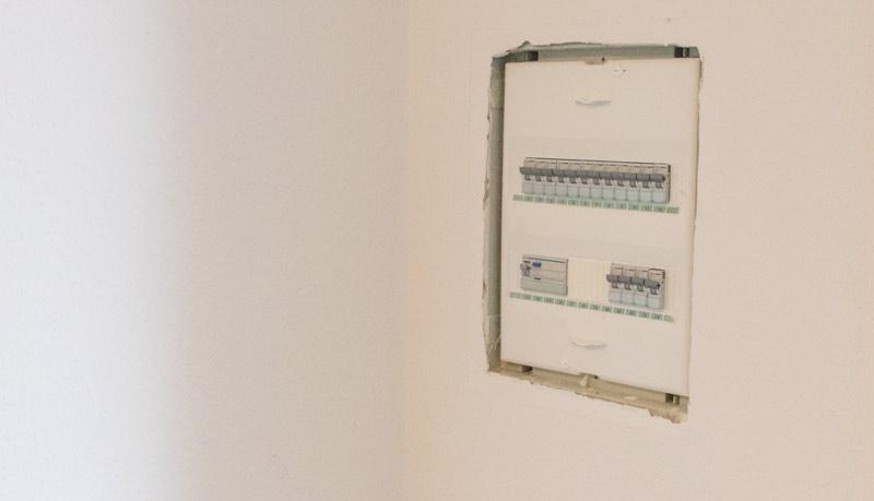 Garderobe im Flur gestalten mit Tapete - Sicherungskasten ausbauen