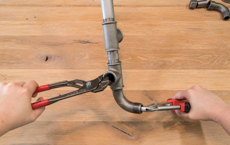 Regal aus Rohren - Mit Rohrzangen lassen sich die Teile fest verschrauben