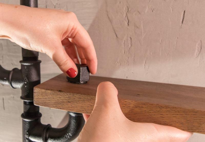 Regal aus Rohren - Die Regalbretter werden mit einer Abdeckkappe eingeklemmt