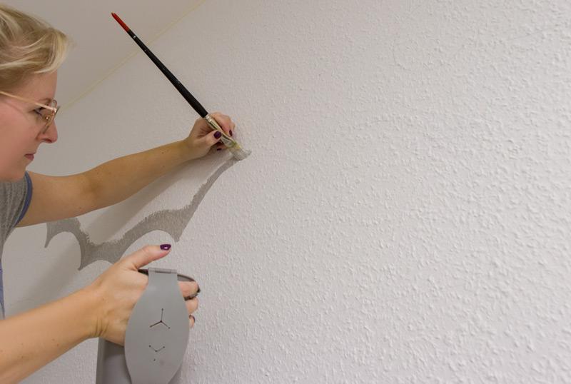 Kinderzimmer Wandbild streichen - Konturen fein nachziehen