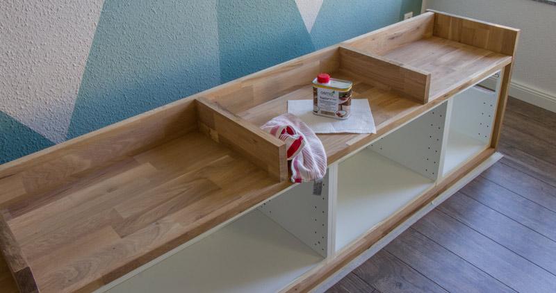 Fensterbank als Sitzbank mit Stauraum gestalten IKEA Hack - Das Holz ölen