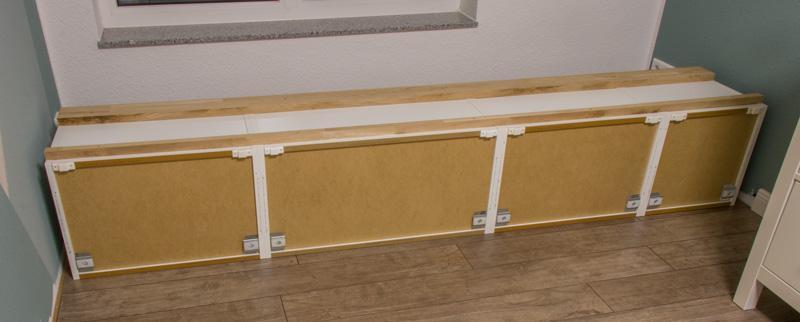 Fensterbank als Sitzbank mit Stauraum gestalten IKEA Hack - Holz unter die Korpusse schrauben