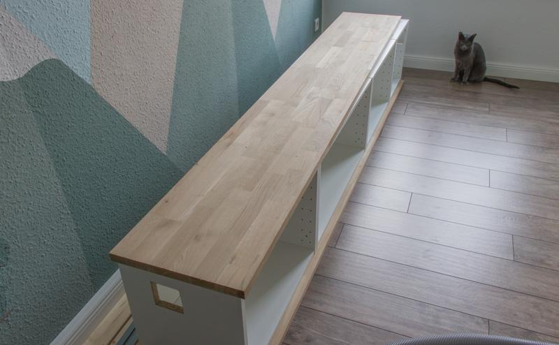Fensterbank als Sitzbank mit Stauraum gestalten IKEA Hack - Zwischenplatte montieren
