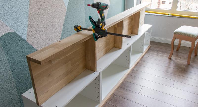 Fensterbank als Sitzbank mit Stauraum gestalten IKEA Hack - Rückwand montieren