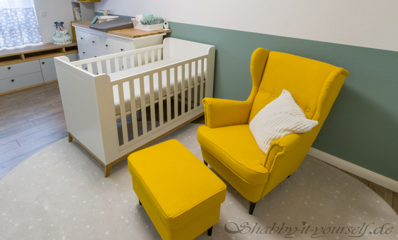 Babyzimmer Kinderzimmer Jungen - Der Stillsessel bringt Farbe ins Zimmer