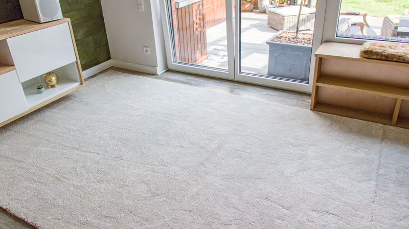 IKEA Teppich STOENSE zusammenlegen - Der Teppich muss an der Terrasse zugeschnitten werden