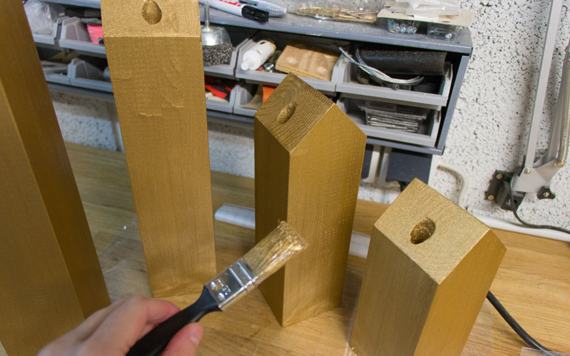 DIY Adventskranz aus Holz - Häuser Gold lackieren
