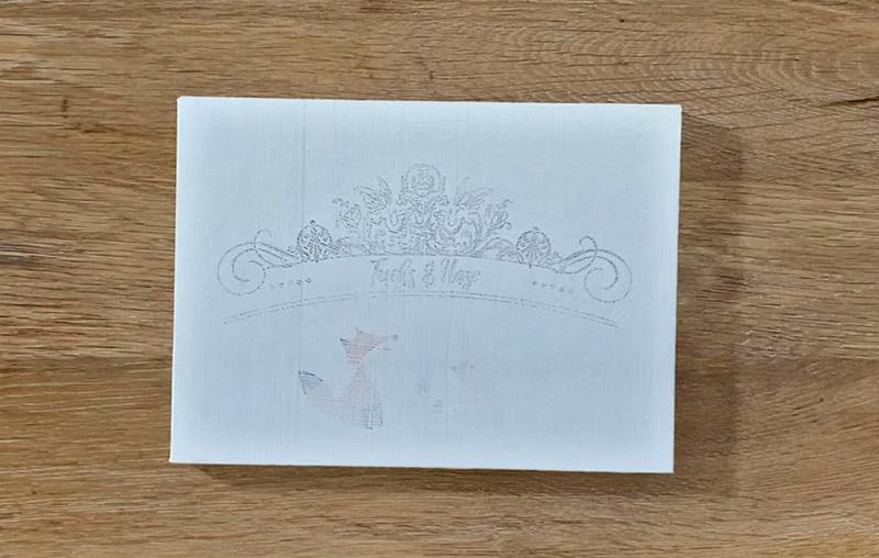 Drucktransfer mit Freezer Paper auf Holz und Kreidefarbe - Ergebnis Text auf Kreidefarbe