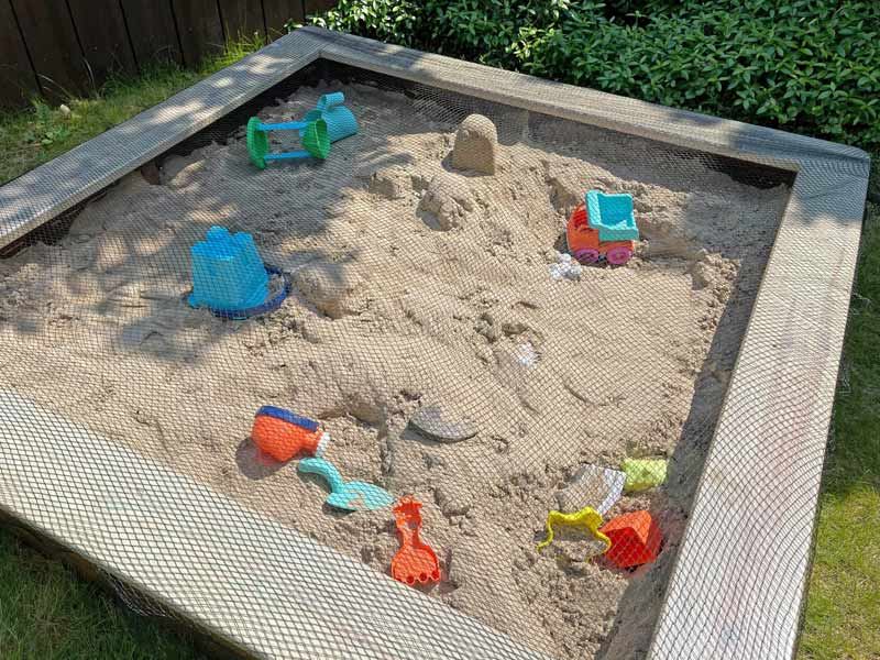 Sandkasten aus Holz Infos - Mit Netz geschützt