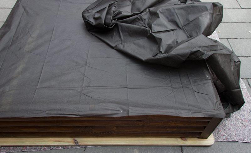 Sandkasten aus Holz Infos - Unkrautvlies wird getackert